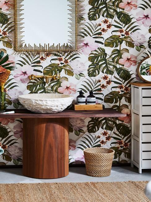 Ujęcie kolorowej tapety w łazience