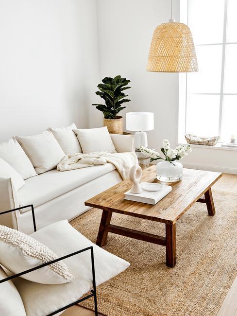 """Salon urządzone w trendzie """"mój dom, moja oaza"""": jasne meble, naturalne materiały, dużo światła"""
