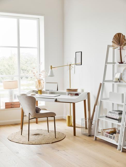 Kącik do pracy w domu w pastelowcyh, jasnych kolorach