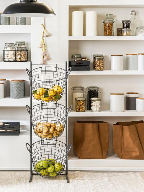 Spiżarnia z miejscem na przechowywanie zakupów, warzyw i owoców