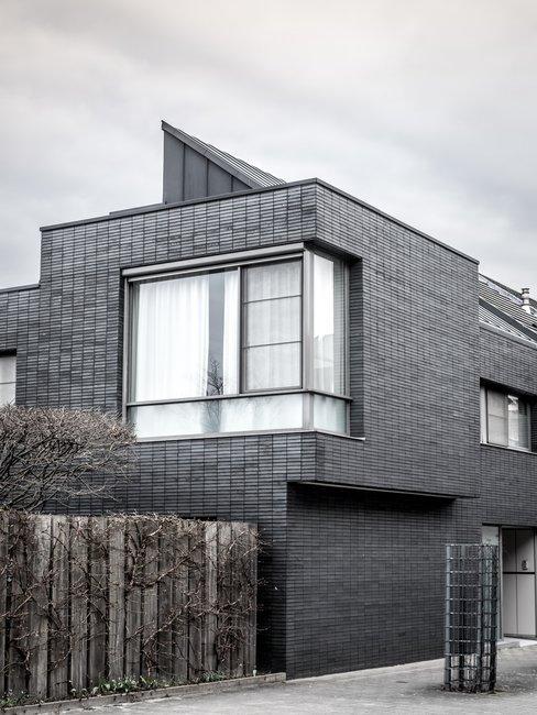 Grafitowy kolor elewacji domu nowoczesnego