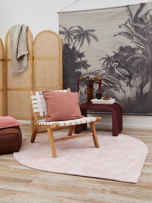 Fragment pokoju z rattanowym parawanem pufem oraz fotelem
