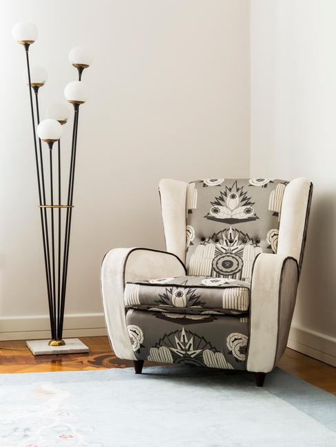 Kącik w salonie z fotelem w stylu etno oraz lampą w stylu industrialnym