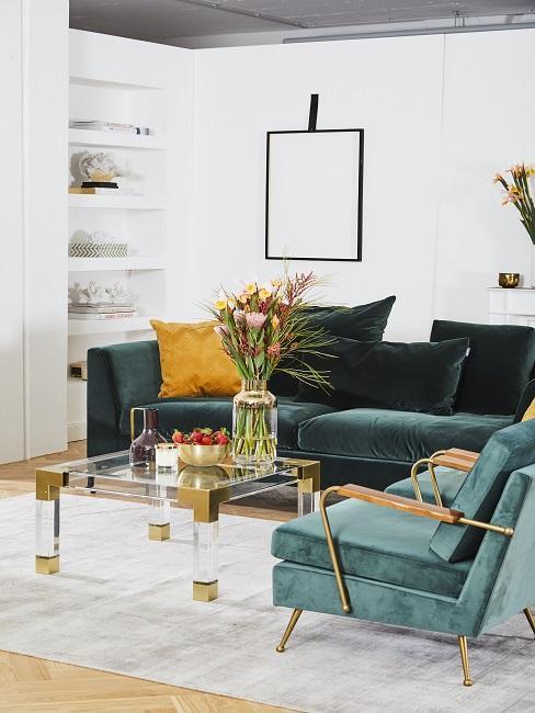 JAsny salon z aksaminta sofą oraz szklanym stolikiem kawowym