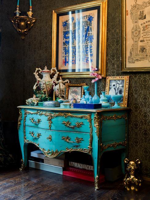 Salon w stylu ekscentrycznym z czarną ścianą