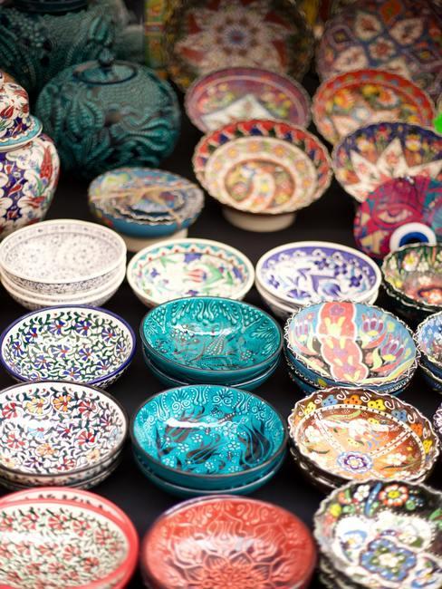 Drobna ceramika w jaskrawych kolorach