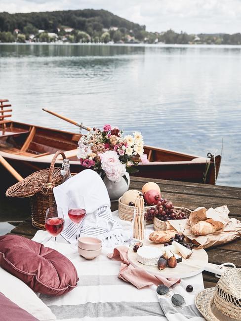 Romantyczny piknik nad jeziorem na pomoście