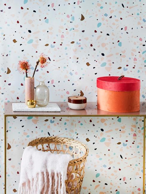 Tapeta z motywem lastriko z półłką z dekoracjami