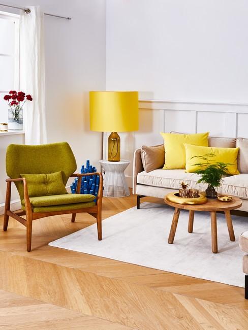 Salon w stylu retro z oliwkowym fotelem, żłótą lampą, beżową sofa i aksamitnymi tekstyliami