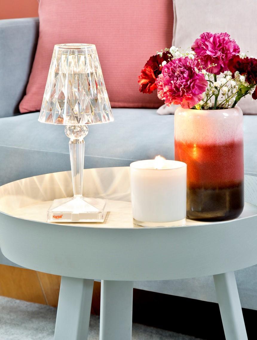 Metalowy stoliczek kawowy z wazonem z kamionki, świeczką oraz lampą z plexi
