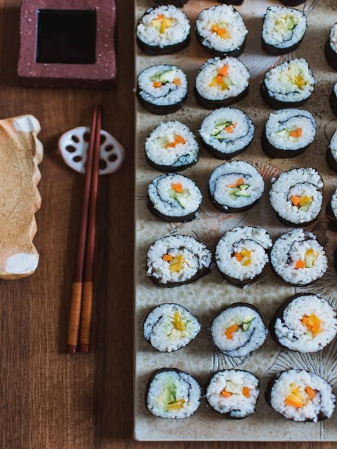 Zrolowane i pokrojone sushi