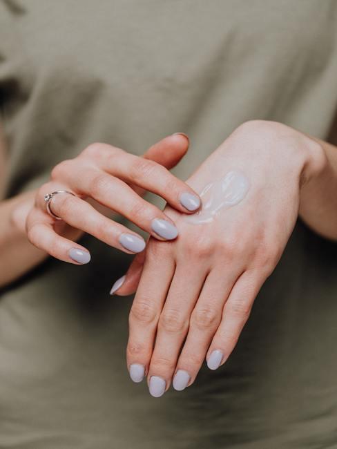 Dłonie smarowane kremem