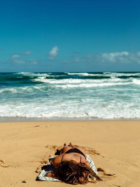 Kobieta opalająca się na plaży