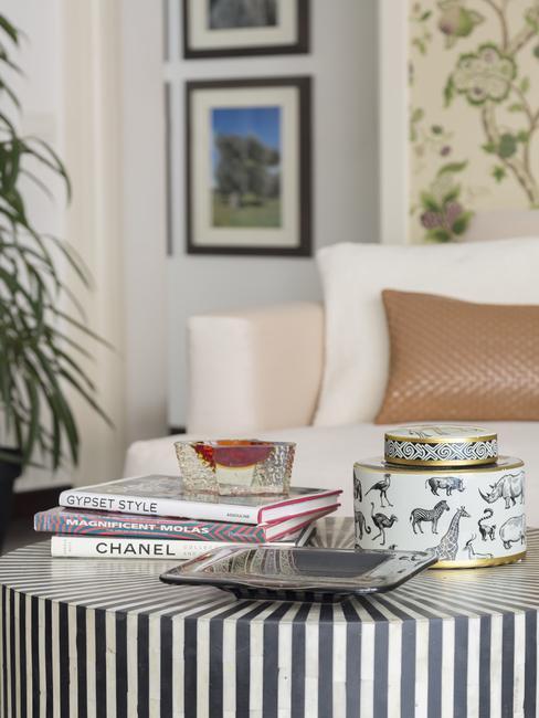 Zbliżenie na stolik kawowy w paski z dodatkami