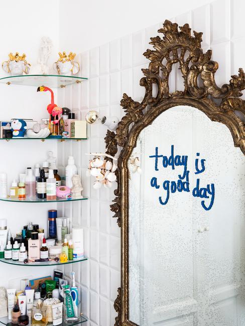 Lustro w łazience oraz narożne półki z kosmetykami