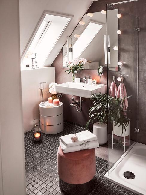Łazienka na poddaszu z prysznicem, pufem, stolikiem oraz dekoracjami