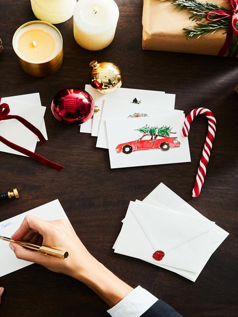Kartki świąteczne na czarnym biurku