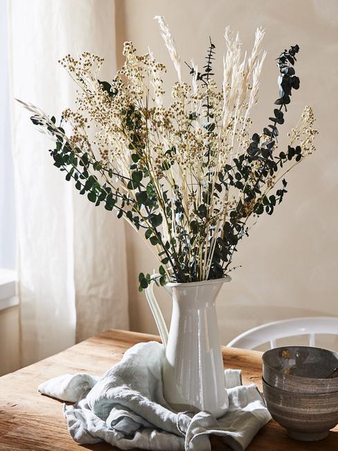 Bukier suszonych kwiatów w dzbanku na drewnianym stole w jadalni