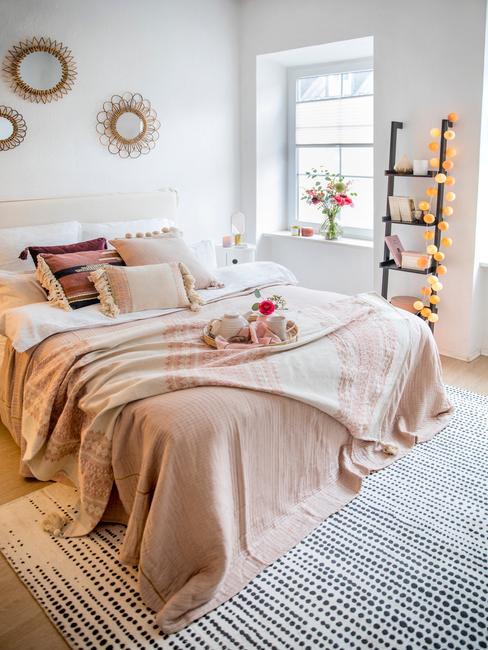 Regał drabinkowy w sypialni