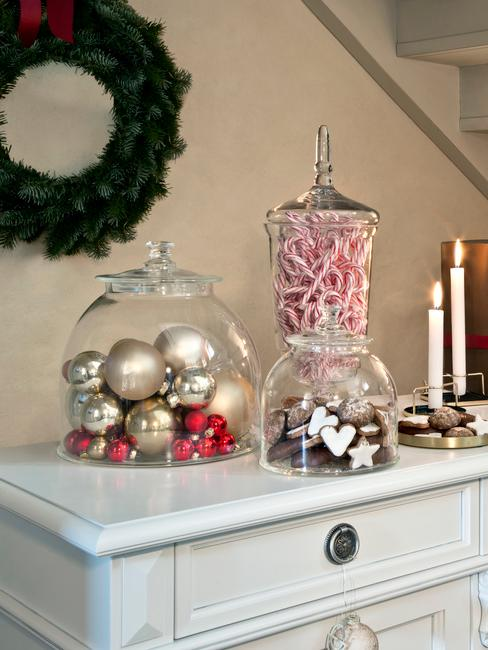 Dekoracja z bombek coinkowych oraz słodyczy w ozdobnych, szklanych kloszach