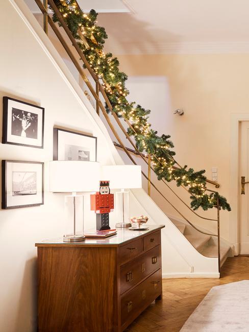 Schody w domu udekorowane girlandą świąteczną