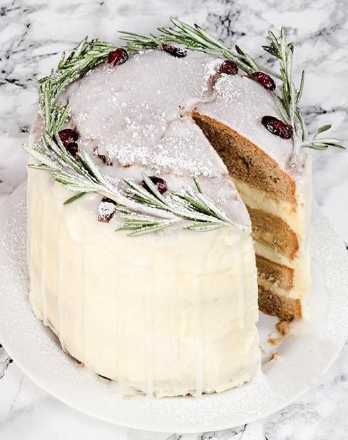 Ciasto świąteczne z dekoracją z rosmarynu oraz żurawiny