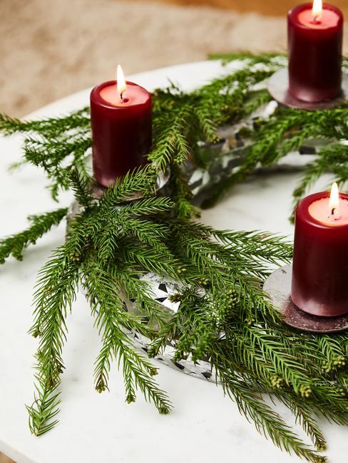 Klasyczny wieniec adwentowy z gałęzi świerku z czerwonymi świecami