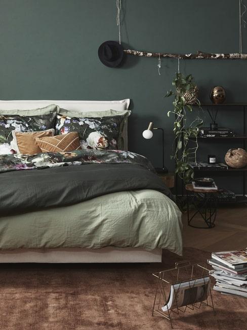 Ciemna sypialnia w kolorze zielonym z pościelą w kwiaty