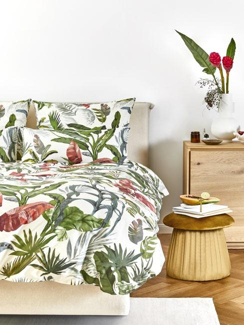 Sypialnia w stylu tropikalnym y naturalnymi meblami
