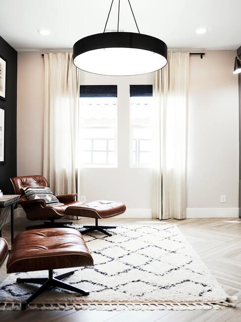 Fotel wypoczynkowy projektu Eames w brązowym kolorze