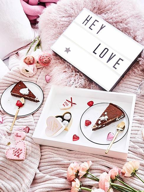 Lampka lightbox i ciasto na Walentynki