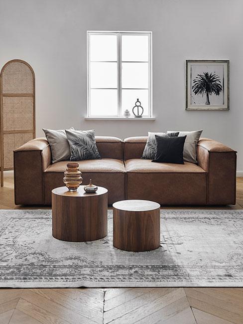 Brązowa skórzana sofa modułowa z szarymi poduszkami