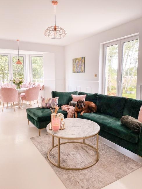Salon Urszi z zieloną sofą w stylu glamour