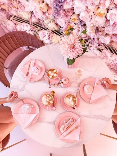 Biały marmurowy stolik z różową zastawą u Urszi