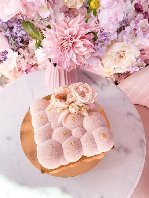 Biały marmurowy stolik z ciastem bezowym u Urszi