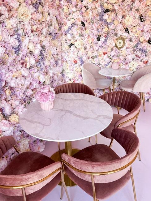 Biały marmurowy stolik z krzesłami z różowego aksamitu u Urszi