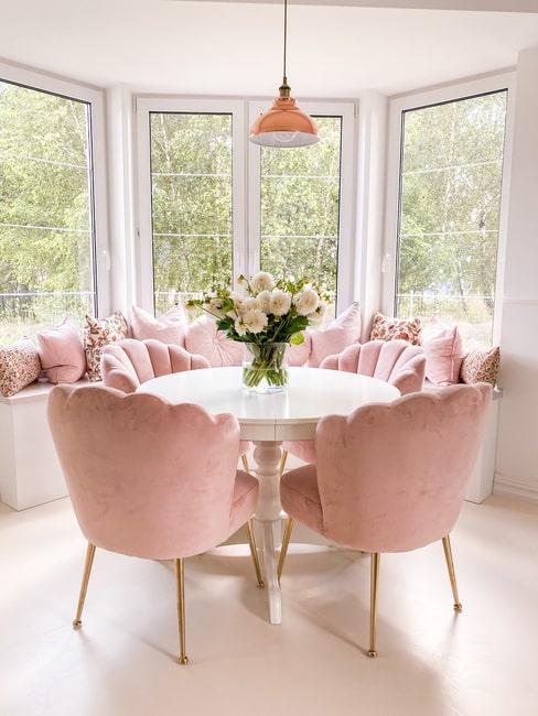Jadalnia Urszi z różowymi krzesłami i białym stołem w stylu glamour