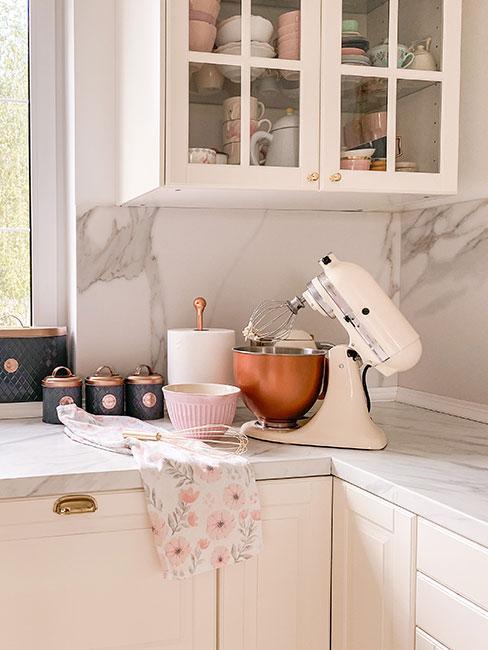 Biały robot KitchenAid w białej kuchni