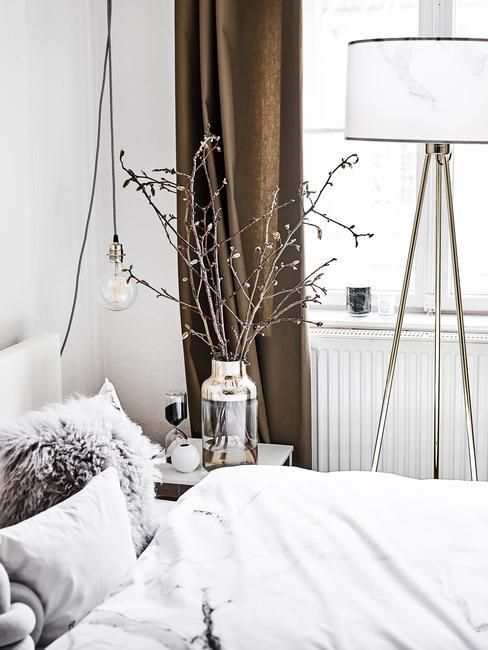 Biała sypialnia w stylu skandynawskim z elementami stylu skandynawskiego