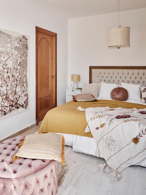 Biała sypialnia w boho dodatkami