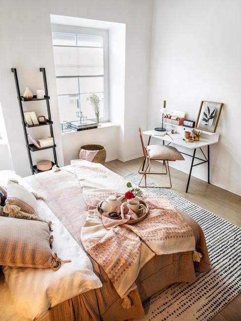 Sypialnia w bloku z łożkiem, półką w kształce drabiny oraz biukiem z krzesem
