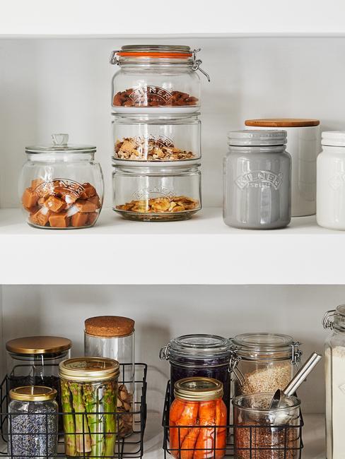 Zbliżenie na otwartą szafkę z pojemnikami na żywność
