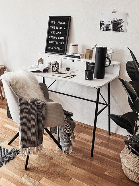 Białe biurko z szarym krzesłem w stylu skandi
