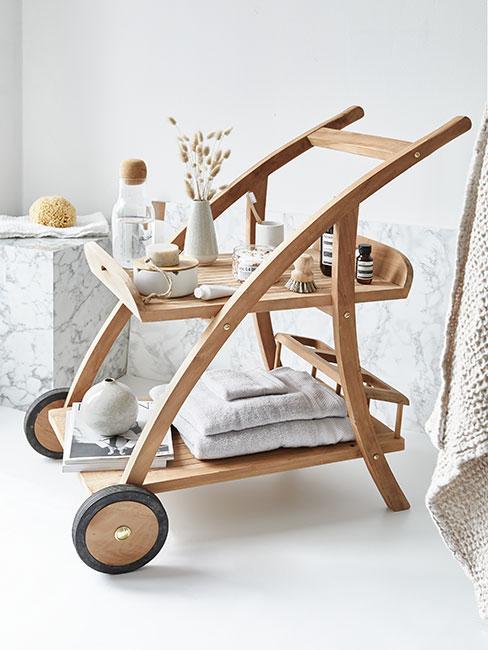 Wózek barowy z drewna z akcesoriami do łazienki