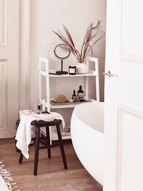 Łazienka z białym regałem i stołkiem z ciemnego drewna