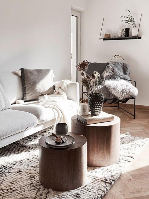 Szara sofa z drewnianymi meblami w stylu skandynawskim