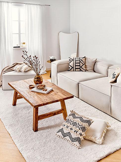 Beżowa sofa modułowa z drewnianym stolikiem kawowym