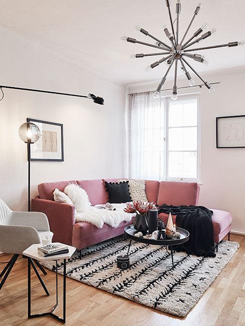 Salon z różową sofą i dywanem berberyjskim