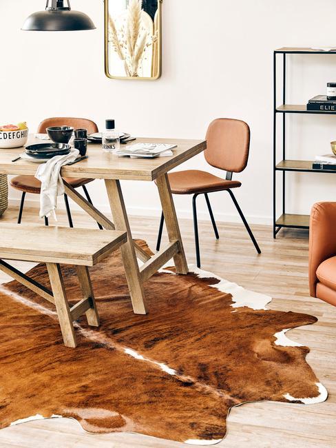 Wnętrza jadalni w stylu country z dywanem, drewnianym stołem z krzesłami