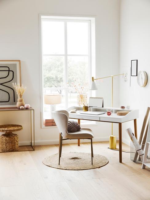 Wnętrze salonu z biurkiem, krzesłem oraz dekoracjami